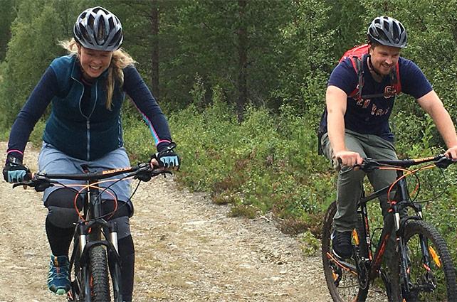 cykla-pa-skogsbilvag-fjallet